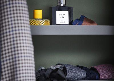 Elfa-decor-closet-interior-bedroom-accessoryshelf-3e