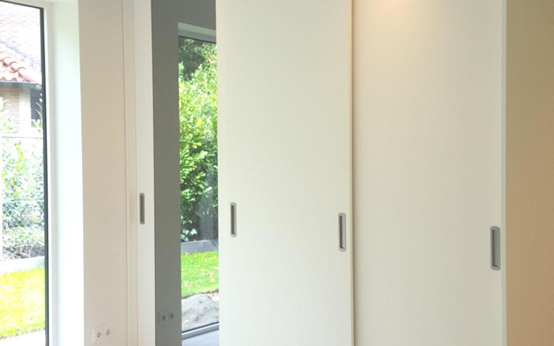 Hoeveel kost een luxe kledingkast met moderne schuifdeuren