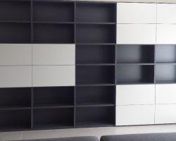 boekenkast antraciet grijs met deuren