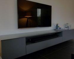 Hangende tv kast grijs en open vak voor sonos soundbar